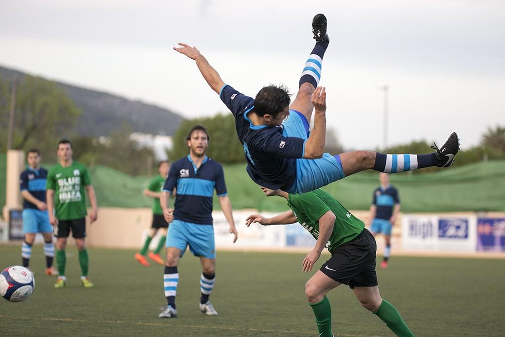 Un jugador del Ciudad de Ibiza cae a la hierba de espaldas en un lance del partido (Fotos: Francisco Natera).