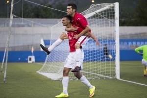 Felipe y un compañero celebran con los ultras del CD Ibiza el segundo gol del partido.