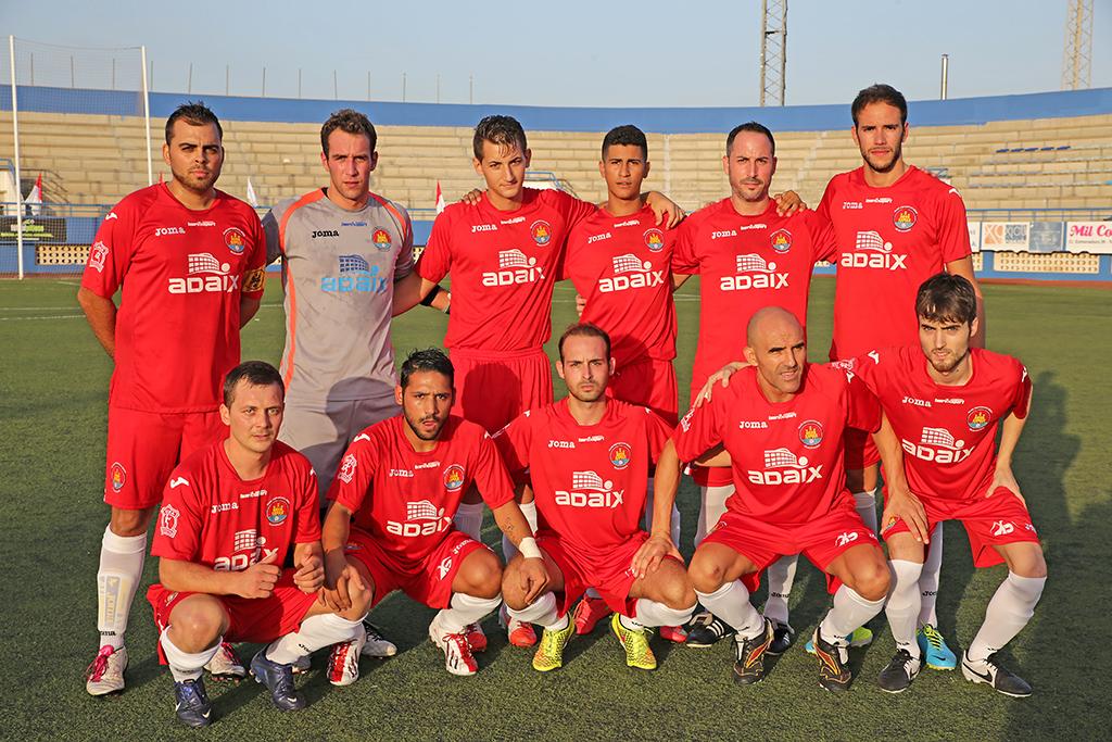 Iñaki Parramon es el segundo por la izquierda de los jugadores que están de pie. La imagen corresponde al primer partido de Liga, cuandos se lesionó.