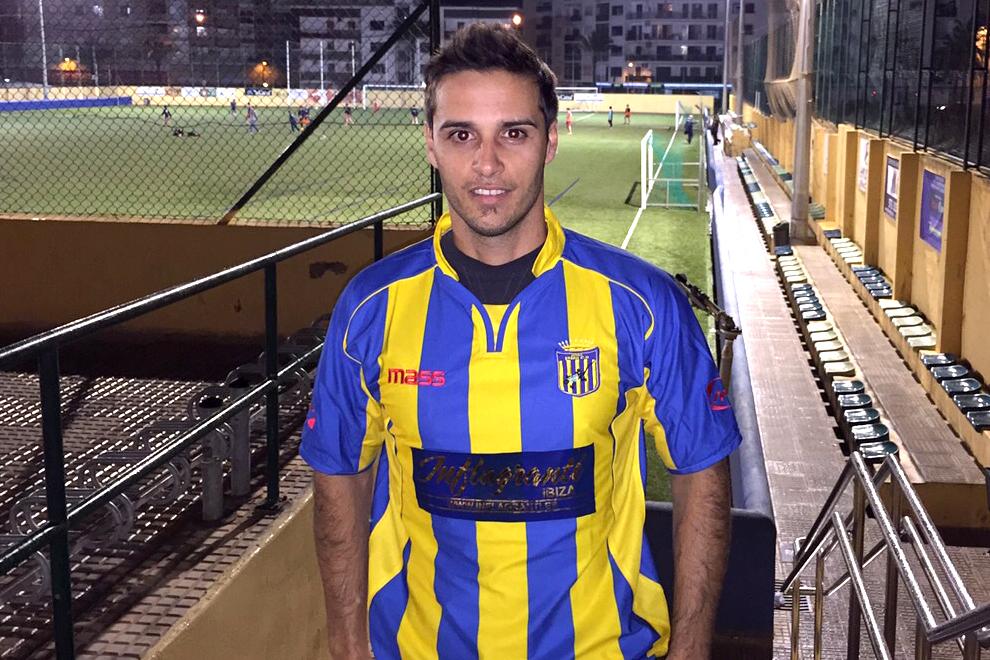 Fernando posa ilusionado con la camiseta del Inter Ibiza, su nuevo equipo.