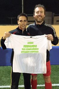 El delantero posa con su entrenador y amigo Carlos Fourcade. Ambos muestran la camiseta con la que sus compañeros del Rápid apoyaron al uruguayo.