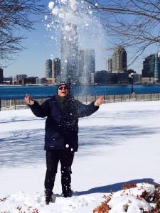 El relaciones públicas juega con la nieve.