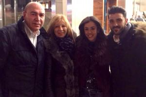 Labi y Carmen posan con Villa y su esposa.