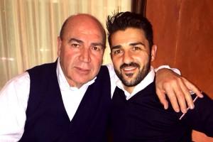 El amigo de los futbolistas con el Guaje, imagen que publica hoy el diario Sport.