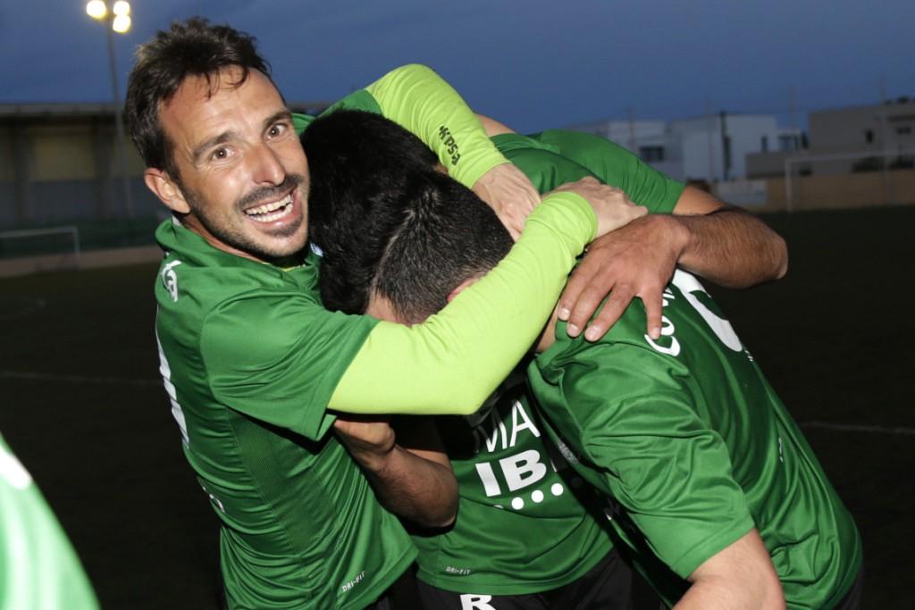 Ramos es abrazado por dos compañeros tras marcar el gol de la victoria.