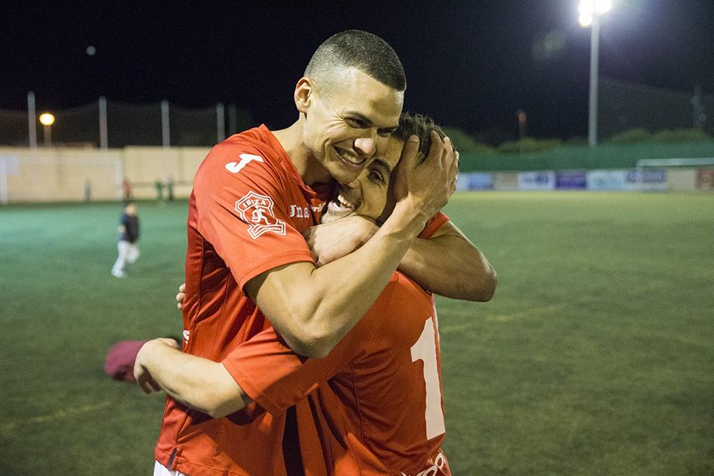 Vega y Lúa, autores de los goles deportivistas, se funden en un abrazo al acabar el partido.