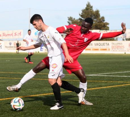 Rafa frena a Lima, autor del único gol del encuentro, en la banda