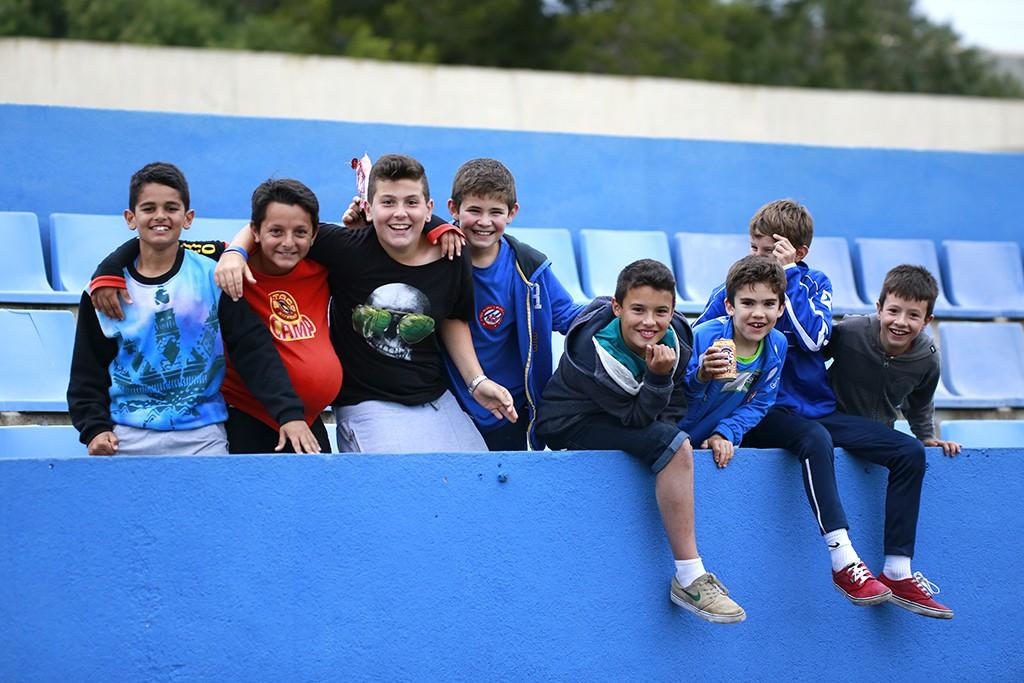 Un grupo de jóvenes futbolistas, en la grada de Can Misses.