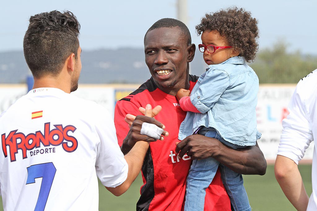 El jugador del Formentera, con su hija en brazos, saluda a un rival antes de un partido.