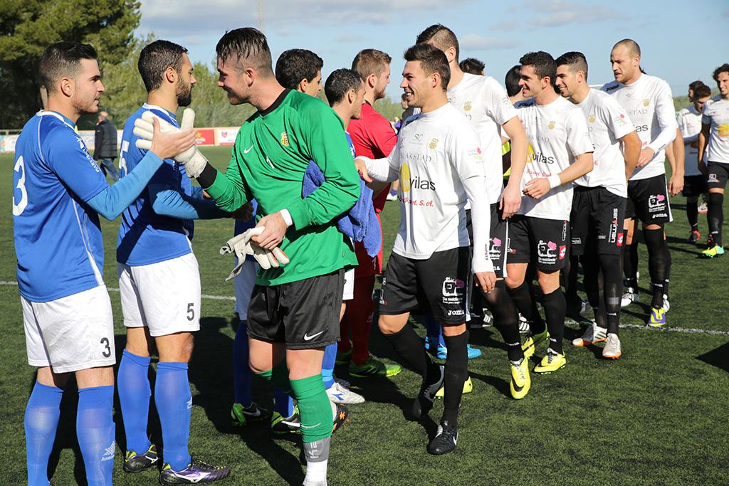 Los jugadores del San Rafael y la Peña se saludan en el derbi de la primera vuelta.
