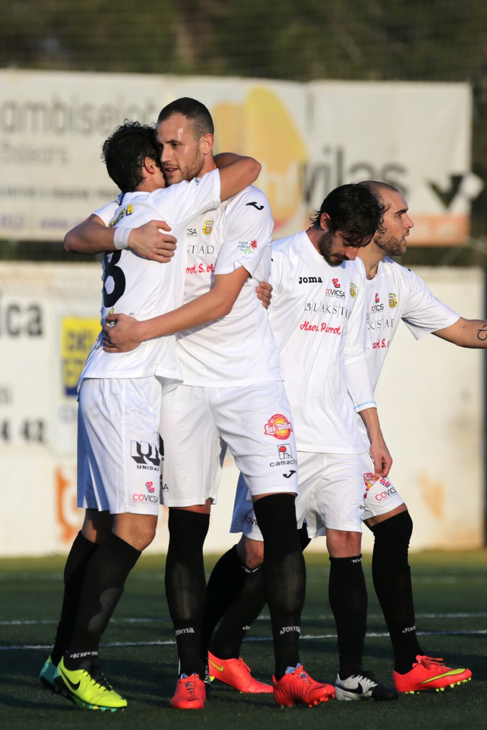 El delantero cántabro se abraza a Erencia tras marcar un gol esta temporada.