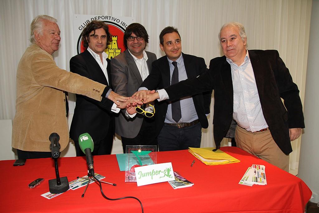 Pepe Vidal, presidente del CD Ibiza, en el centro,  el día de la presentación del grupo Chimera Gold.