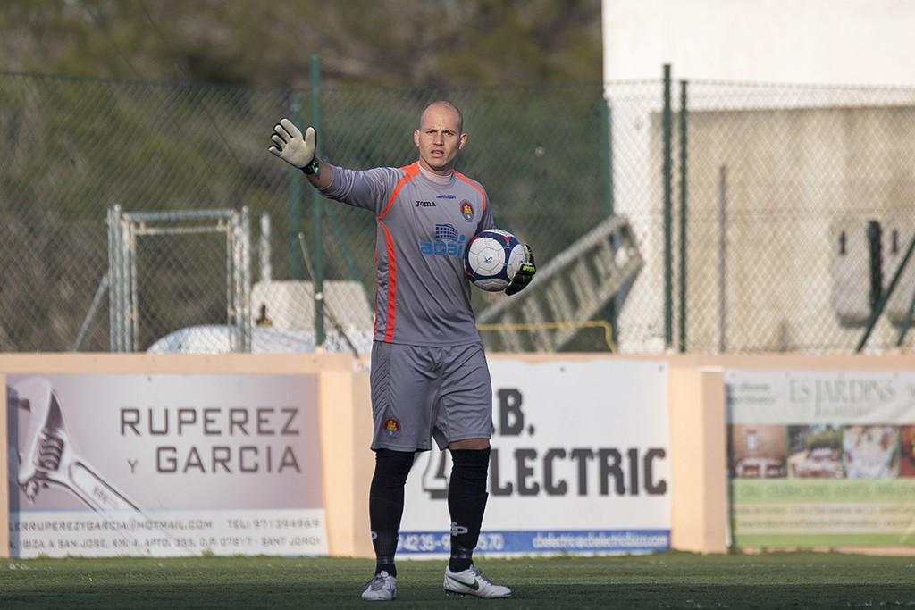 El portero cordobés del CD Ibiza, durante el partido frente al San Rafael B.