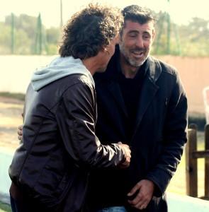Luis Elcacho y Vicente Román se saludan en la banda antes del encuentro