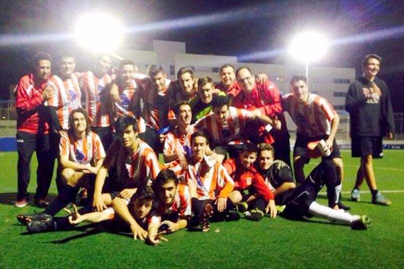 El equipo de Giaco celebra la gesta después del partido.
