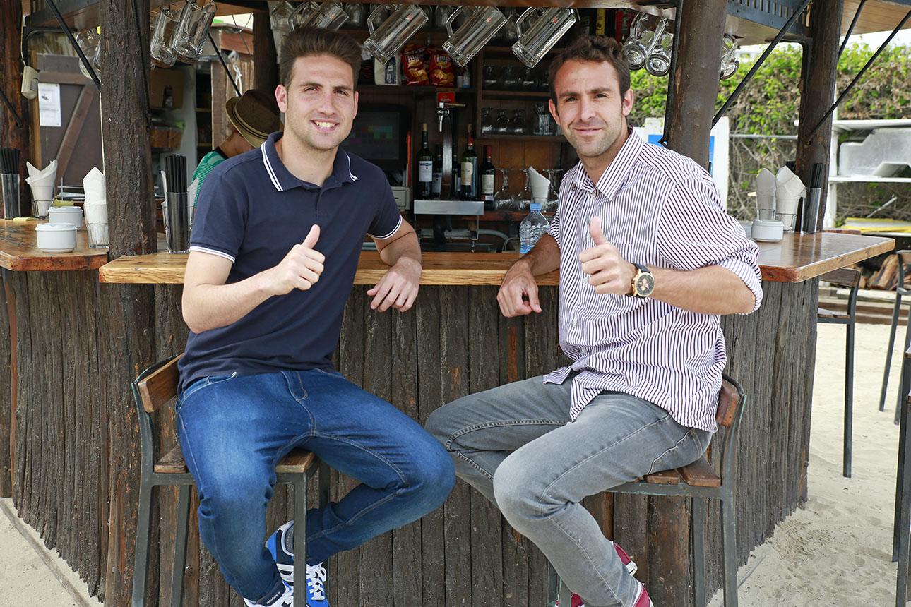 Juanito Benítez (i) y Benito Montalvo hablaron de muy buen rollo del partido en la playa de Talamanca.