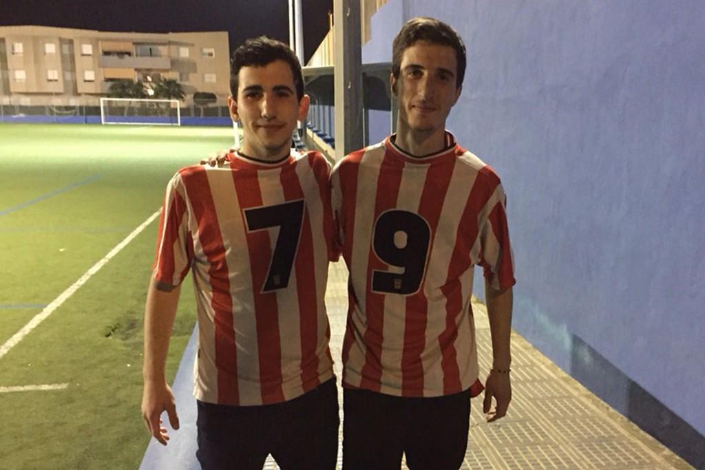 Juanlu (i) y Dani posan juntos con La Rojiblanca al revés.