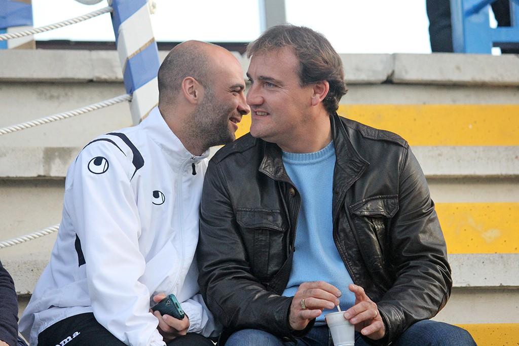 El entrenador de la Peña conversa con el jugador del San Rafel David de Pablos.