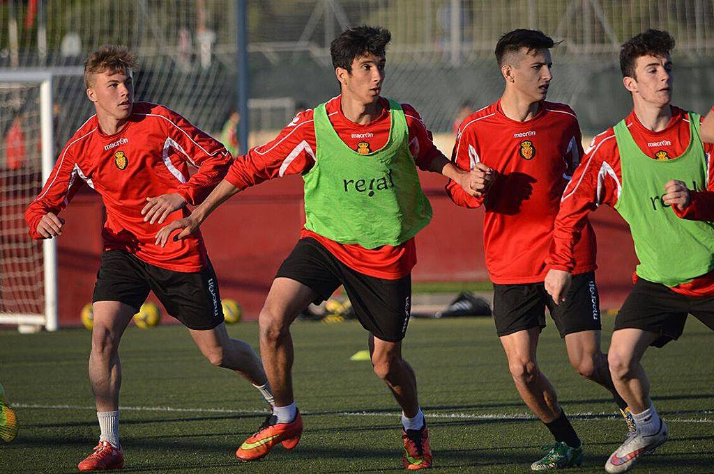 El defensa del Formentera, en el centroo y con peto, durante el entrenamiento de hoy lunes.
