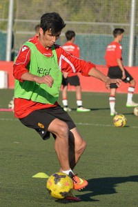 El joven jugador toca el balón.