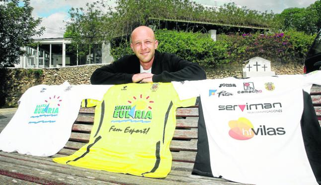 El gaditano ha ganado tres Ligas con la Peña Deportiva. En la imagen, con las tres camisetas peñistas.