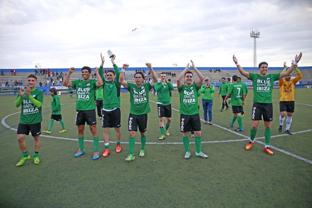 El equipo verdinegro celebra con su afición la victoria después del partido.