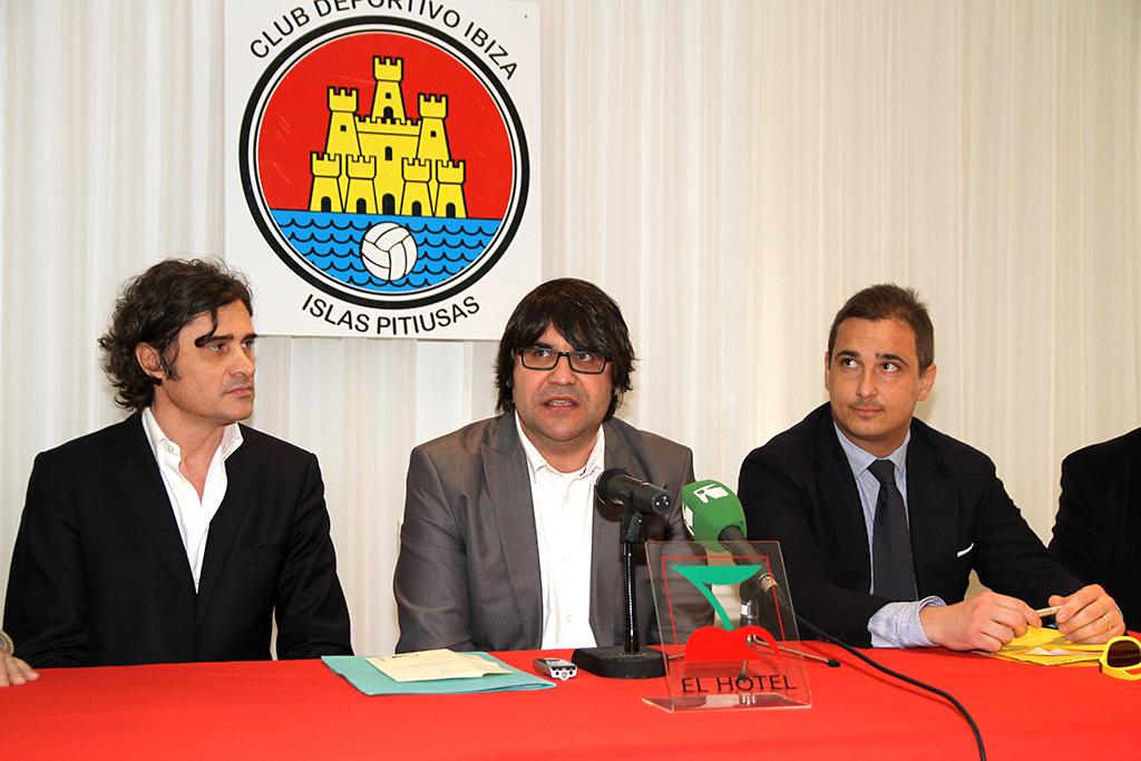 El presidente del CD Ibizaa, en el centro, el día de la presentación de su principal sponsor.