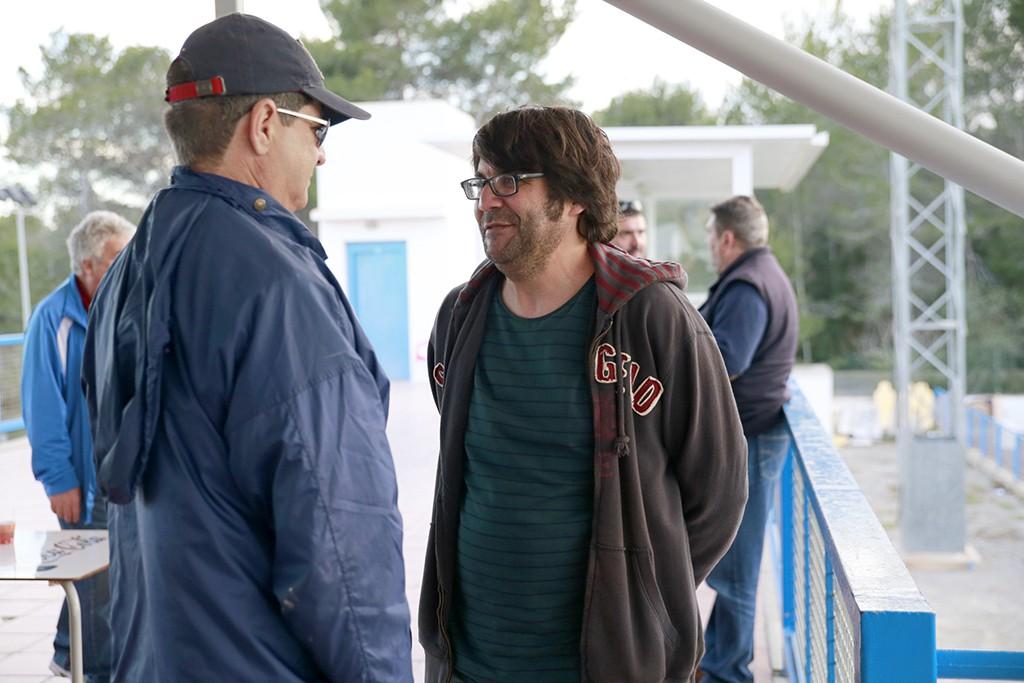 El presidente del CD Ibiza  dialoga con un aficiondo esta tarde en el campo del San Rafael.