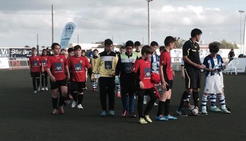 Los jugadores de la Real y el Formentera saltan al césped antes del partido
