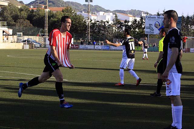 Rubén Martínez observa con impotencia la celebración de un gol de los menorquines. Foto: menorcaaldia.com