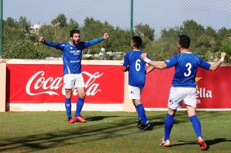 Luque, Zurdo y Yeste celebran el primer gol del encuentro ante el Sóller. Fotos: C. V.