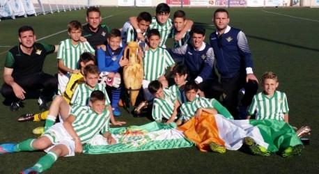 Los jugadores y cuerpo técnico del Betis celebran su triunfo en el Torneo de Formentera. Foto: Twitter