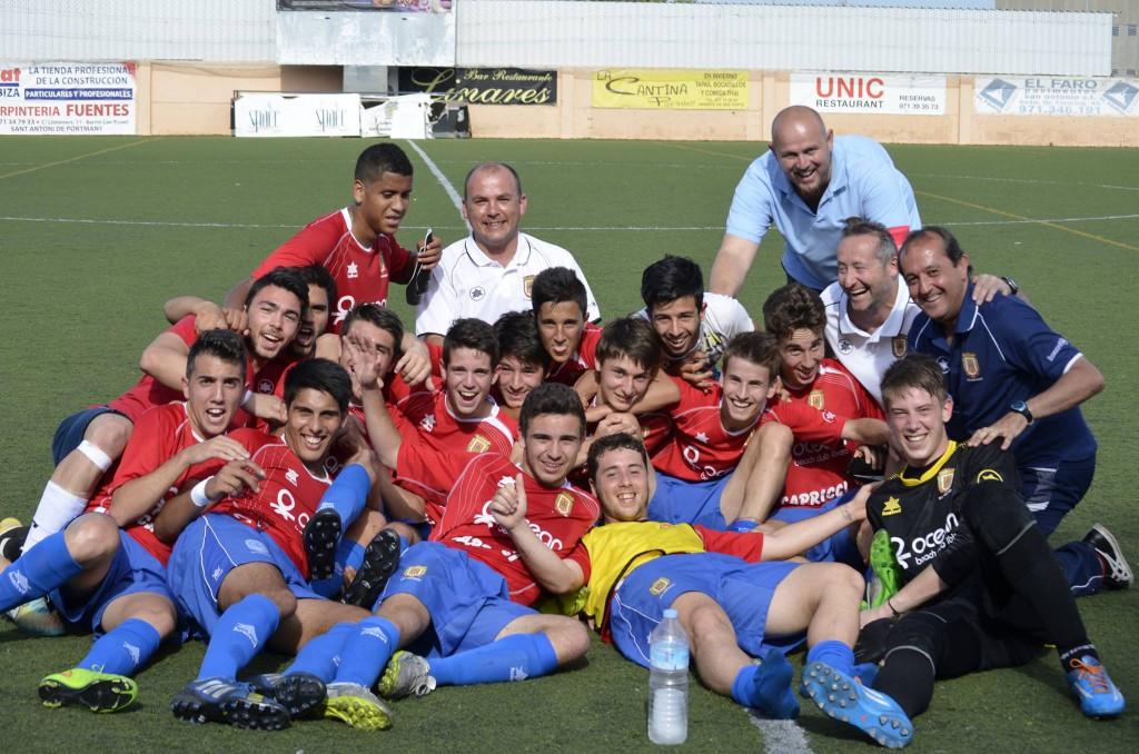 El equipo de San Antonio celebra el triunfo frente al Son Oliva.