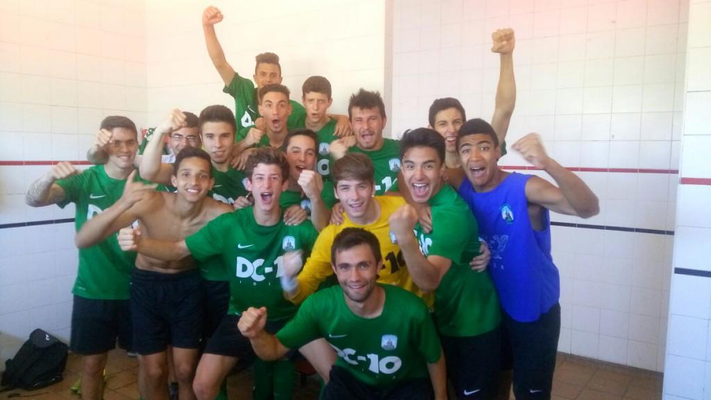 El equipo verdinegro celebra por todo lo alto la permanencia tras ganar 1-2 al Mallorca B.