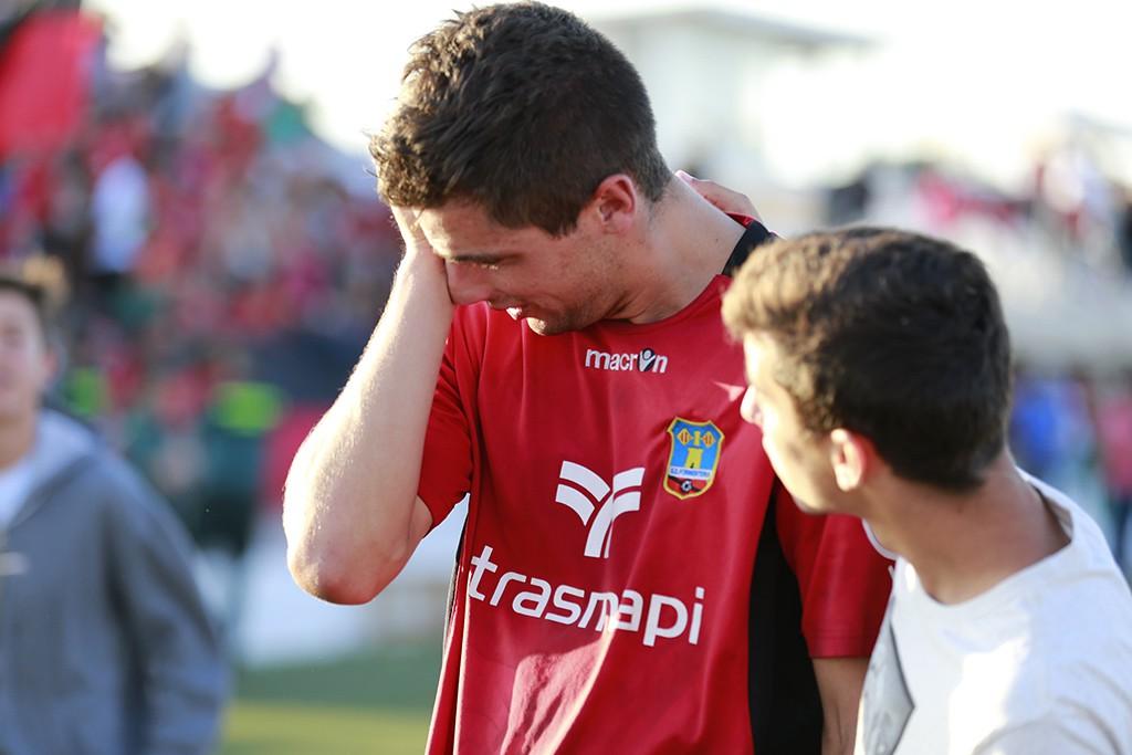 Górriz llora después del partido y es consolado por un joven.