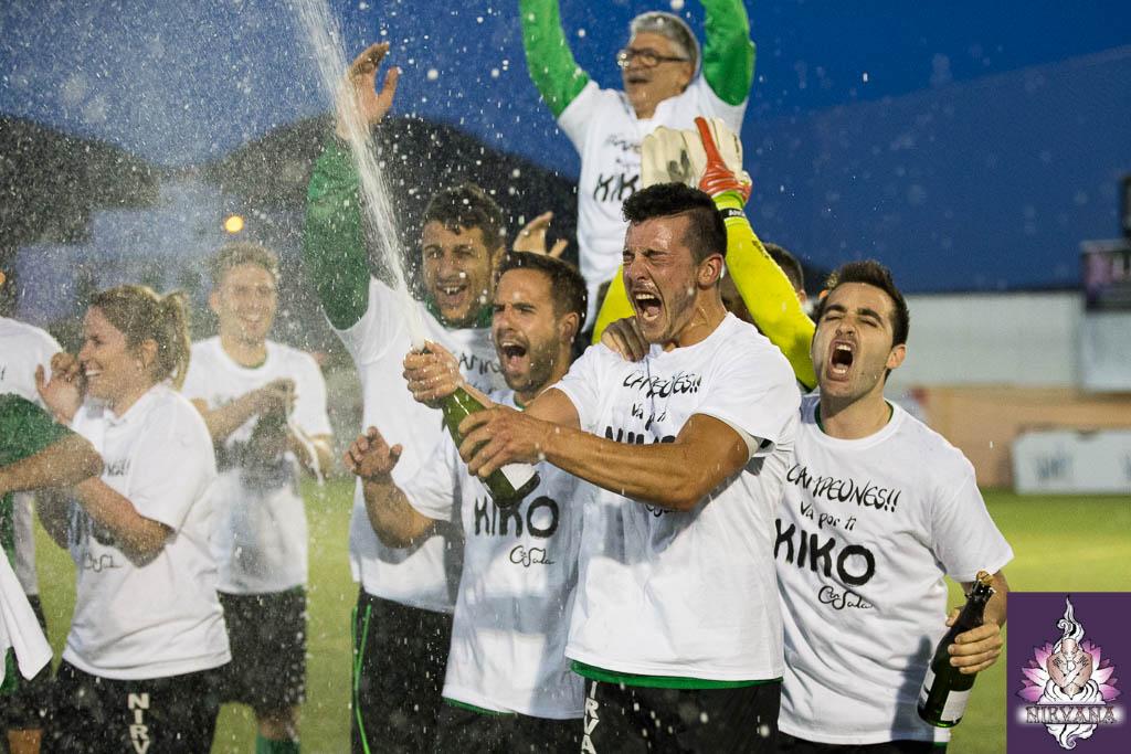 Ramos descorcha una botella de cava para celebrar el título con sus compañeros.