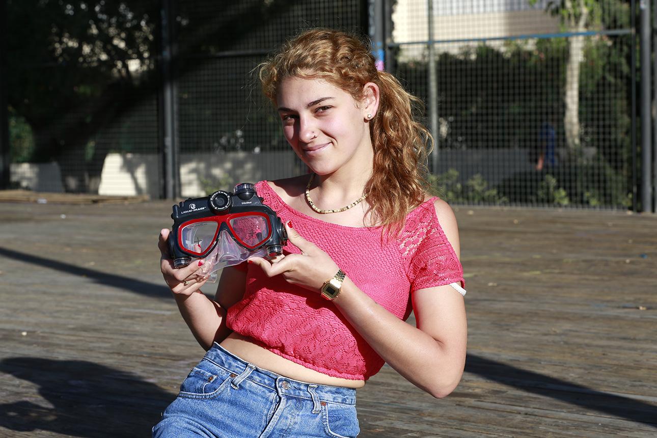 Kristel Camacho posa con las gafas que regaló Foto Ruano a través de Fútbol Pitiuso.