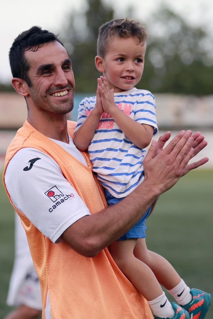 Pacheta y su hijo, disfrutan de la victoria al final del choque.