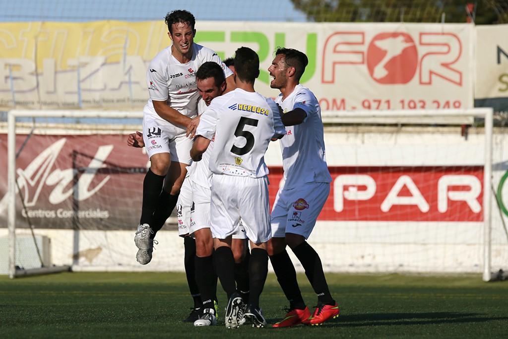 Los jugadores blancos celebran el gol del Pacheta.