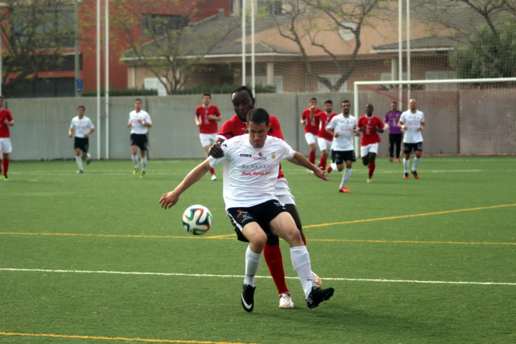 Rubén Martínez protege un balón en un lance del partido (Foto: Fútbol Balear).