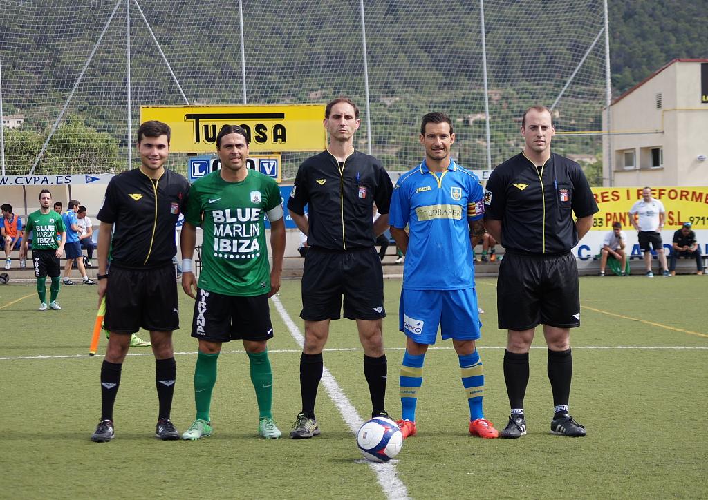 El trio arbitral con los capitanes (Foto: Fútbol Balear).