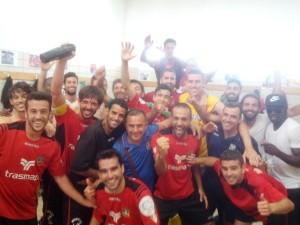 Los jugadores del Formentera celebran en el vestuario su clasificación para los 'play offs'.