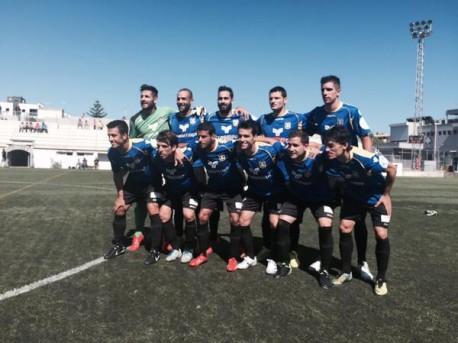 Equipo titular del equipo formenterense en el terreno de juego del Manacor (Foto: @sdformentera).