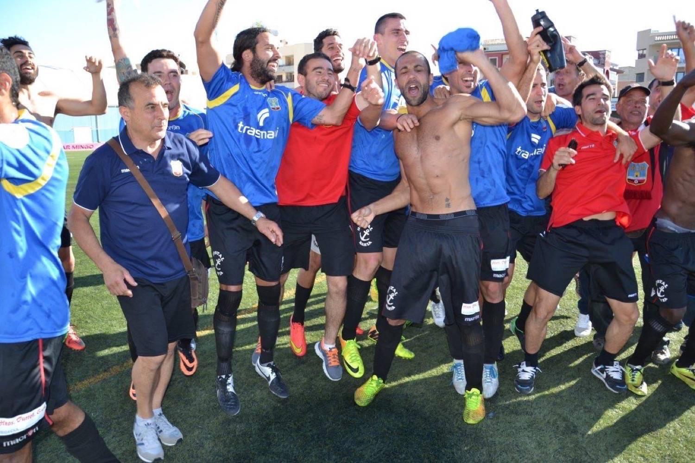 El equipo de Elcacho celebra el título después del partido (Foto: Fútbol Balear).