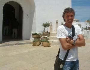 Luis Elcacho, este sábado, ante la iglesia de Sant Francesc Xavier