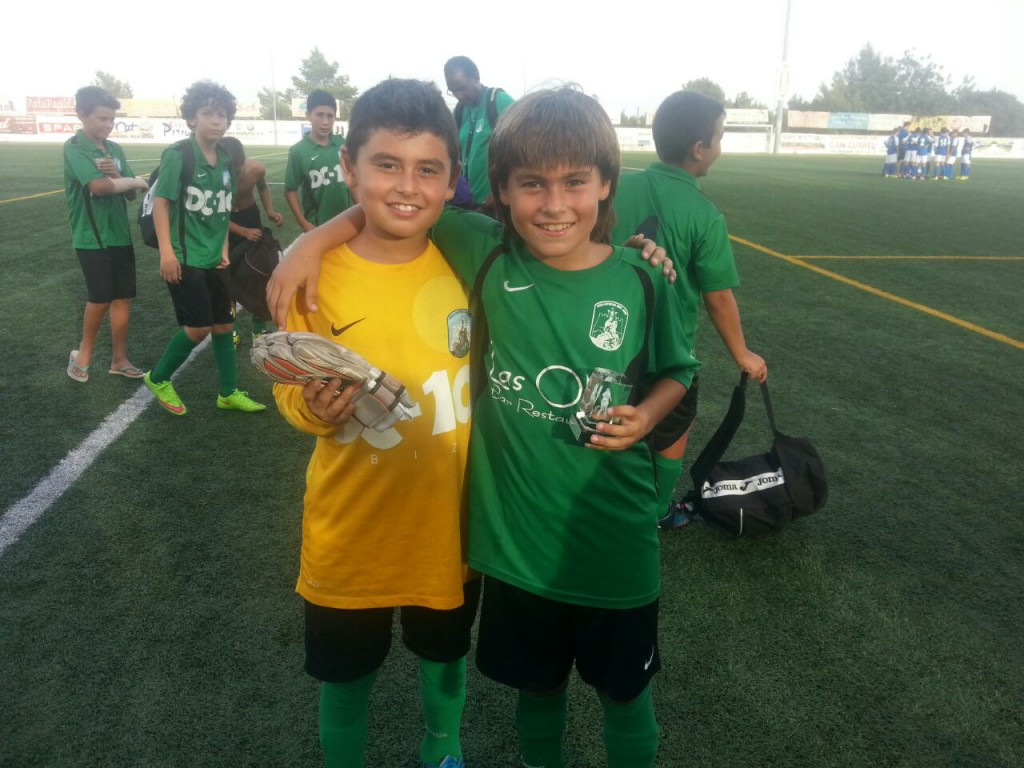 El joven delantero del Sant Jordi (d), junto a su hermano melizo, portero.