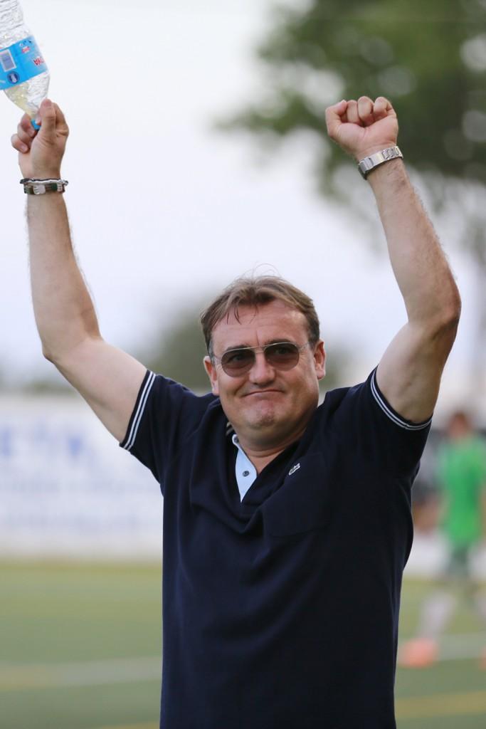 El técnico de la Peña festeja el trinfo al finalizar el partido.