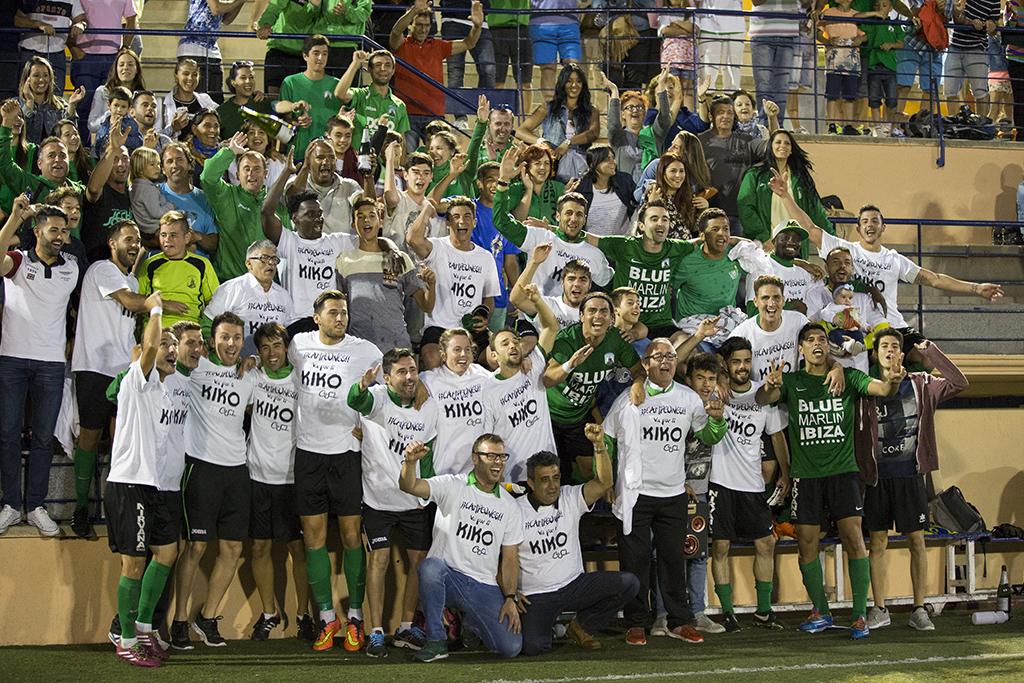 El equipo de Tortosa se puso una camiseta en recuerdo de Kiko Serra al acabar el partido y celebró la gesta con su afición.