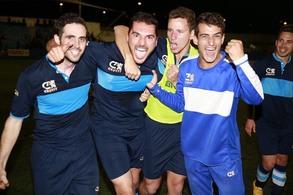 Antonio Vargas, en el centro, festeja el triunfo con varios compañeros al finald el partido.