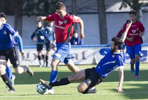 Górriz trata de marcharse de un rival en un lance del partido. Foto: Xabi (noticiasdenavarra.com)
